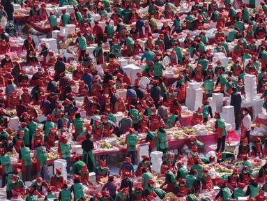 Ratusan peserta berpartisipasi dalam festival pembuatan kimchi di Seoul (2/11). Hidangan tradisional berupa kubis yang difermentasi dan lobak ini hasilnya akan didonasikan untuk kaum minoritas di Korsel.  (AFP Photo/Ed Jones)