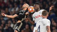 Duel udara antara Hakim Ziyech dan Victor Wanyama pada leg 1, Semifinal Liga Champions yang berlangsung di Stadion Tottenham Hotspur, London, Rabu (1/5). Ajax menang 1-0 atas Tottenham Hotspur. (AFP/Emmanuel Dunand)