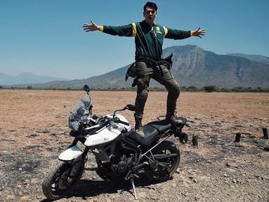 Pemain 'Ganteng-Ganteng Serigala' ini juga kerap mengunggah foto saat mengendarai motor koleksinya di media sosial. Kevin Julio juga ternyata gemar touring ke berbagai tempat di Tanah Air bersama geng motornya. Begini keseruannya saat di Baluran National Park.(Liputan6.com/IG/@kevinjulio1993)