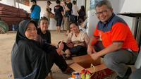 Kapusdatinkom Kebencanaan BNPB Agus Wibowo berbincang dengan korban banjir yang mengungsi di gudang logistik BNPB Jatiasih Jl. Pondok Gede Permai, RT.009, Kota Bekasi. (Dok Badan Nasional Penanggulangan Bencana/BNPB)