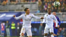 Gelandang Real Madrid, Lucas Vazquez, mengontrol bola saat melawan Eibar pada laga La Liga Spanyol di Stadion Ipurua, Eibar, Sabtu (9/11). Eibar kalah 0-4 dari Madrid. (AFP/Ander Gillenea)