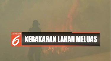 Salah satu warga terpaksa dievakuasi karena mengalami lemas dan tidak sanggup berlari.