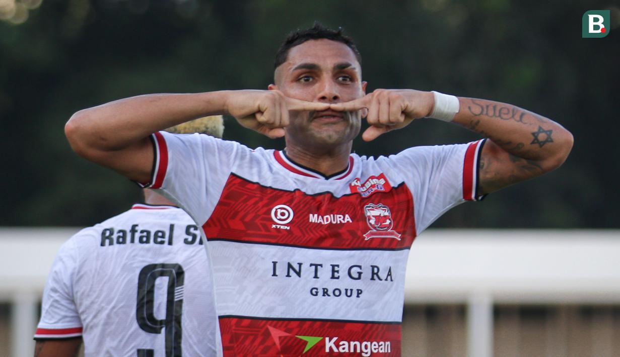 Selebrasi pemain Madura United, Jaimerson Xavier usai menjebol gawang PSS Sleman saat laga pekan keempat BRI Liga 1 2021/2022 di Stadion Madya, Jakarta, Sabtu (25/09/2021) WIB. (Bola.com/Bagaskara Lazuardi)