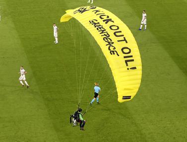 FOTO: Aksi Paraglider Greenpeace Mendarat di Stadion Jelang Laga Prancis Vs Jerman