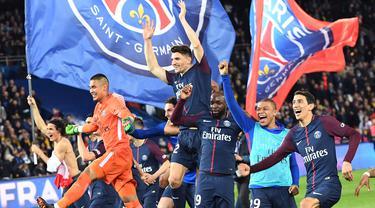 Para pemain PSG merayakan gelar juara Ligue 1 usai mengalahkan AS Monaco di Stadion Parc des Princes, Prancis, Minggu (15/4/2018). PSG menang 7-1 atas Monaco. (AFP/Christophe Archambault)