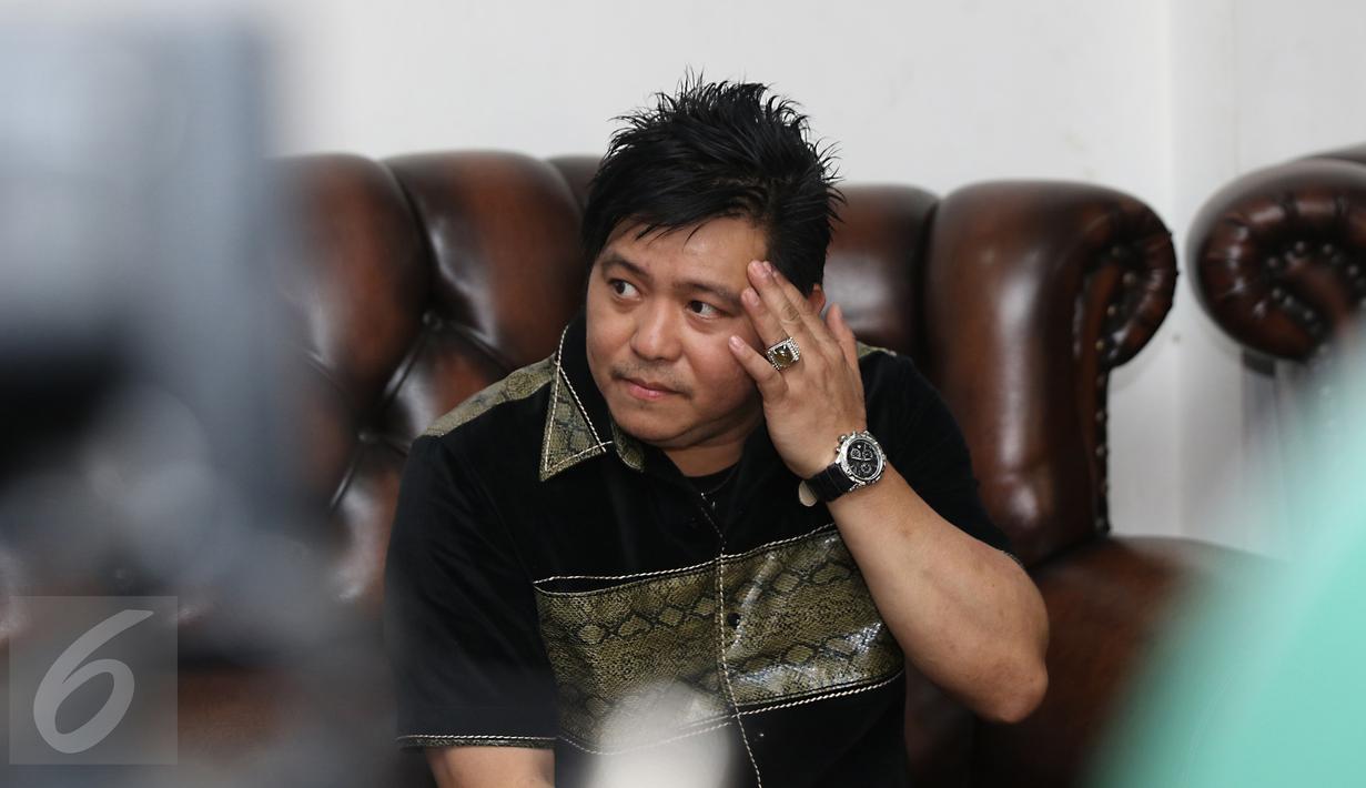 Steven Rumangkang menggelar konferensi pers di kawasan Cilandak, Jakarta, Kamis (3/12). Di hadapan wartawan, Steven menumpahkan kekesalan dan rasa kecewanya terhadap foto mesra Angel Karamoy dan Pasha Ungu yang beredar. (Liputan6.com/Herman Zakharia)
