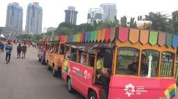 Sebuah mobil keliling melintasi kawasan Silang Monas, Jakarta, Sabtu (30/12). Kawasan Monas ramai pengunjung dan menjadi pilihan warga untuk menikmati libur akhir tahun yang bersamaan dengan masa libur sekolah. (Liputan6.com/Immanuel Antonius)