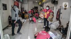 Pekerja menyelesaikan pengemasan paket milik konsumen e-commerce di kantor cabang salah satu perusahaan jasa ekspedisi online, Jakarta, Kamis (23/9/2021). Menteri Perdagangan Muhammad Lutfi mengatakan nilai transaksi dagang elektronik (e-Commerce) naik 63,36 persen. (merdeka.com/Iqbal S. Nugroho)