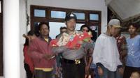 Pelajar di Jember membawa pulang bayi lelaki pada Senin malam. Kepada orangtuanya, ia mengaku anak itu ditemukan di rumah kosong. (Liputan6.com/Dian Kurniawan)