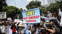 Massa saat berunjuk rasa memperingati hari Nelayan Nasional didepan Istana Merdeka, Jakarta, Rabu (6/4). Dalam aksinya mereka meminta pemerintah menghapus Permen tentang transhipment. (Liputan6.com/Faizal Fanani)