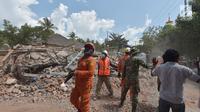 Petugas penyelamatan melakukan aksi cepat untuk menenang dan melakukan evakuasi warga saat terjadi gempa susulan yang terjadi di Tanjung pulau Lombok, NTB, Kamis (9/8).(AFP/ ADEK BERRY)