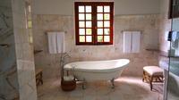 Area kamar mandi sekalipun juga bisa Anda tata agar tampak lebih besar sekaligus indah.