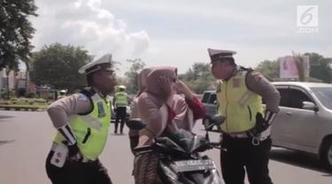 Beragam cara dilakukan polisi lalu lintas di Aceh untuk mengingatkan pengguna jalan agar tertib berlalu lintas. Aksi ini salah satunya.