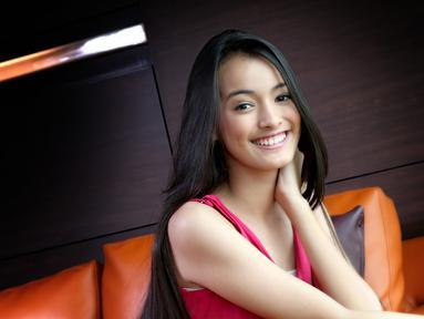 Juara 1 Miss Celebrity 2015, Mawar Eva de Jongh saat melakukan sesi pemotretan dengan Liputan6.com di Jakarta (9/11). Mawar dinobatkan sebagai juara satu di ajang Miss Celebrity 2015. (Liputan6.com/Yudha Gunawan)