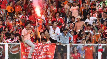 Suporter tim Macan Kemayoran bersorak merayakan gelar juara Go-Jek Liga 1 Indonesia 2018 bersama Bukalapak yang diraih Persija di Stadion GBK, Jakarta, Minggu (9/12). Persija meraih gelar juara dengan 62 poin. (Liputan6.com/Helmi Fithriansyah)