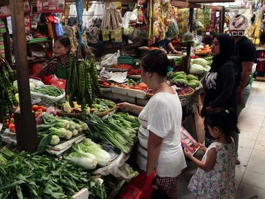 Aktivitas perdagangan di Pasar Kebayoran Lama, Jakarta, Jumat (20/4). Kementerian Perdagangan (Kemendag) mengklaim harga pangan terkendali. (Liputan6.com/Johan Tallo)