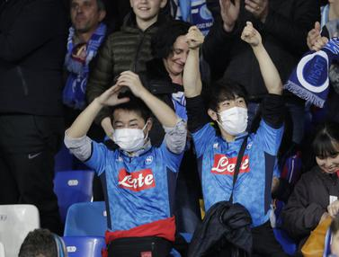 Italia Darurat Corona, Para Suporter Kenakan Masker di Laga Napoli vs Barcelona
