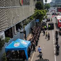 Personil kepolisian bersiaga di depan kantor Badan Pengawas Pemilu (Bawaslu) RI, Jakarta, Selasa (21/5/2019). Pengamanan tersebut dilakukan untuk aksi 22 Mei atau setelah penetapan hasil rekapitulasi suara Pemilu 2019 oleh KPU. (Liputan6.com/Faizal Fanani)