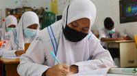 Pelajar di Pekanbaru belajar tatap muka saat pandemi Covid-19 di Riau. (Liputan6.com/M Syukur)