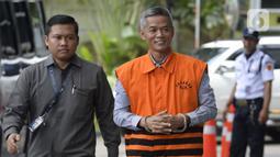 Mantan Komisioner KPU, Wahyu Setiawan tersenyum akan menjalani pemeriksaan oleh penyidik di Gedung KPK, Jakarta, Senin, (27/01/2020). Wahyu diperiksa sebagai tersangka terkait kasus dugaan penerimaan hadiah atau janji penetapan anggota DPR Terpilih 2019-2024. (merdeka.com/Dwi Narwoko)
