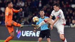 Striker Belanda, Donyell Malen, berebut bola dengan gelandang Belarusia, Stanislav Dragun, pada laga Kualifikasi Piala Eropa 2020 di Minsk, Minggu (13/10). Belarusia kalah 1-2 dari Belanda. (AFP/Sergei Gapon)