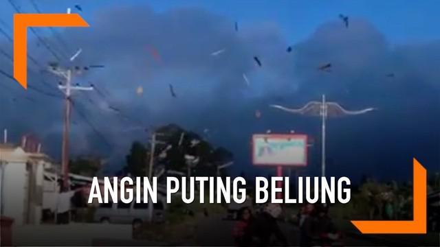 Warga Bener Meriah merekam detik-detik terjadinya angin puting beliung yang merusak puluhan rumah warga.