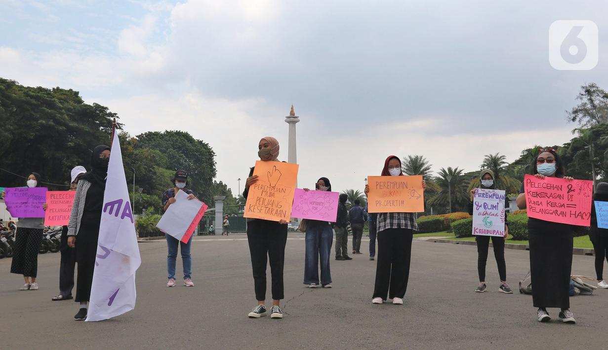 Aktivis Perempuan Mahardhika menggelar aksi memperingati Hari Perempuan Sedunia di Kawasan Patung Kuda Arjuna Wijaya, Jakarta, Senin (8/3/2021). Dalam aksinya mereka meminta pemerintah mengakui kekerasan seksual sebagai pelanggaran HAM hingga mencabut UU Cipta kerja. (Liputan6.com/Herman Zakharia)