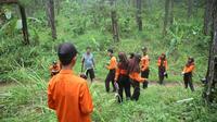 Tim SAR gabungan mencari keberadaan Kakek Tas Rasun yang hilang di area hutan Anim Menceng, Rawalo, Banyumas. (Foto: Liputan6.com/Tagana/Muhamad Ridlo)