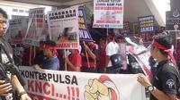 Ratusan pedagang simcard menggelar unjuk rasa di kantor DPRD Batam. Foto: (Ajang Nurdin/Liputan6.com)