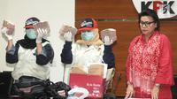 Wakil Pimpinan KPK, Basaria Panjaitan (kanan) dan penyidik menunjukan barang bukti uang Rp1,5 milyar di gedung KPK, Jakarta, Rabu (12/12). KPK menetapkan 4 tersangka terkait dugaan suap anggaran pendidikan di Cianjur. (merdeka.com/Dwi Narwoko)
