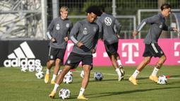 Pemain Timnas Jerman, Leroy Sane, menggiring bola berebut bola saat sesi latihan jelang laga UEFA Nations League di Stuttgart, Senin (31/8/2020). Jerman akan berhadapan dengan Spanyol. (AFP/Thomas Kienzle)