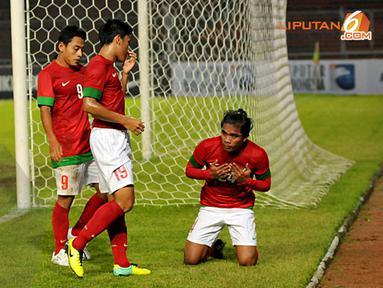 Zulham Manik Zamrun mengucapkan syukur usai mencetak gol ke gawang Kyrgyzstan (Liputan6.com/ Helmi Fithriansyah)