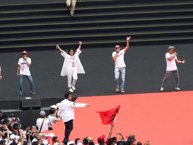 Sejumlah musisi dan artis ibukota membawakan lagu pada kampanye akbar capres dan cawapres Joko Widodo (Jokowi)-Ma'ruf Amin di Stadion Utama GBK, Senayan, Jakarta, Sabtu (13/15). Sebanyak 500 artis, musisi, dan budayawan meramaikan pagelaran Konser Putih Bersatu. (Liputan6.com/Angga Yuniar)