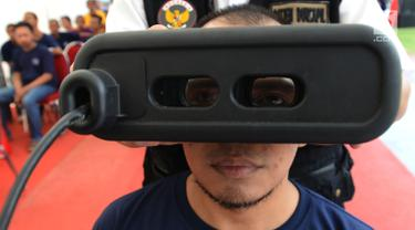 Warga binaan melakukan rekam E-KTP di Lapas Narkotika IIA Cipinang, Jakarta, Kamis (17/1). Percepatan perekaman E-KTP ini menjadi bagian penting untuk menyukseskan Pemilu 2019 di lapas dan rutan. (Merdeka.com/Imam Buhori)