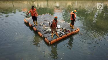 Petugas membersihkan sampah plastik yang mengapung di aliran anak Sungai Ciliwung, Pasar Baru, Jakarta, Selasa (6/8/2019). Perilaku buruk sebagian masyarakat yang membuang sampah sembarangan menyebabkan petugas harus membersihkan sungai setiap hari. (Liputan6.com/Immanuel Antonius)