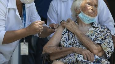 Zelia de Carvalho Morley, nenek berusia 106 tahun penyintas Flu Spanyol menerima suntikan vaksin COVID-19 CoronaVac, buatan Sinovac, di Rio de Janeiro, Brazil (20/1/2021). (Photo credit: AP Photo/Bruna Prado)