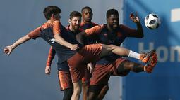 Bek Barcelona, Samuel Umtiti, berebut bola dengan Sergi Roberto, saat latihan jelang laga final Copa del Rey di Joan Gamper, Barcelona, Jumat (20/4/2018). Barcelona akan berhadapan dengan Sevilla. (AP/Manu Fernandez)