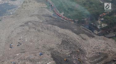 Pandangan udara terlihat kondisi terkini TPST Bantar Gebang, Bekasi, Jawa Barat, Selasa (4/6/2019). Tampak kondisi TPST Bantar Gebang kian rapih, perapihan dilakukan dengan membuat bentuk seperti tangga dan semakin kecil pada bagian atasnya, mirip bentuk piramida. (Liputan6.com/Faizal Fanani)