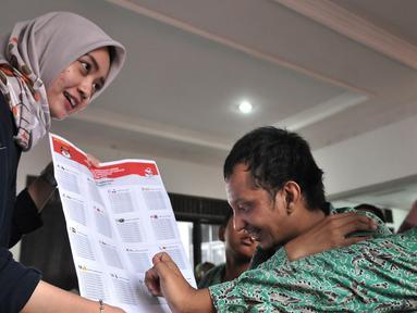 Anggota KPUD Bekasi menyosialisasikan Pemilu 2019 kepada pemilih pemula penyandang disabilitas di SLB Al Gaffar Guchany, Bekasi, Rabu (20/2). Hal ini untuk mengedukasi pemilih pemula penyandang disabilitas tentang Pemilu 2019. (Merdeka.com/Iqbal Nugroho)