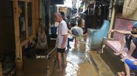 Warga korban banjir di Kampung Melayu, Jakarta Timur mulai membersihkan rumah dari lumpur.(Www.sulawesita.com)
