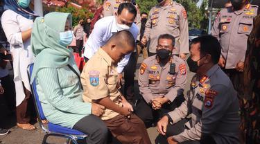 Kapolda Banten Dan Alumni Akabri 1996, Menggelar Vaksin Ke Penyandang Disabilitas. (Kamis, 23/09/2021). (Dokumentasi Polda Banten).