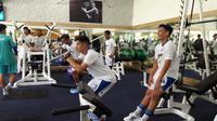Gelandang Persib Bandung, Kim Jeffrey Kurniawan saat berlatih di gym. Ia mengaku siap tampil pada babak 32 besar Piala Indonesia 2018. (Bola.com/Erwin Snaz)