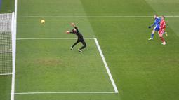 Pada babak pertama James Vardy beberapa kali mengancam gawang Liverpool, namun tendangan kerasnya masih mengenai tiang gawang.  (Foto: AFP/Pool/Michael Regan)
