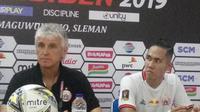 Pelatih Persij, Ivan Kolev dan Ryuji Utomo dalam jumpa pers usai laga lawan Madura United di Piala Presiden 2019. (Liputan6.com/Switzy Sabandar)