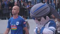 Emje bersanding dengan bomber PSIS Semarang asal Brasil, Bruno Silva (kiri) menjelang pertandingan. (Bola.com/Vincentius Atmaja)