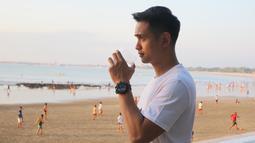 Bersama Rangga Azof, Aga Dirgantara, Aditya Suryo Saputro, dan Rendy Herpy, Ajun membuat grup band bernama MoveOn5. Gitaris MoveOn5 ini selalu takjub dengan keindahan pulau dewata. Seperti saat Ajun menikmati liburan di Pantai Jimbaran, Bali. (Liputan6.com/IG/@ajunperwira)