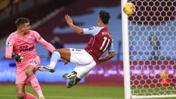 Pemain Aston Villa, Ollie Watkins, mencetak gol ke gawang Newcastle United pada laga Liga Inggris di Stadion Villa Park, Sabtu (23/1/2021). Aston Villa menang dengan skor 2-0. (Mike Egerton/Pool via AP)