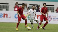 Gelandang Indonesia, Egy Maulana Vikri, saat melawan Yordania pada laga persahabatan di Stadion Wibawa Mukti, Jawa Barat,  Sabtu (13/10/2018). Indonesia menang 3-2 atas Yordania. (Bola.com/M Iqbal Ichsan)