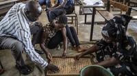 Sejumlah petugas menghitung kelereng yang akan digunakan untuk pemilihan Presiden Gambia di distrik Tallinding, Serekunda, Gambia (30/11). Mekanisme pemungutan suaranya hampir sama dengan negara demokrasi lainnya. (AFP/Marco Longari)