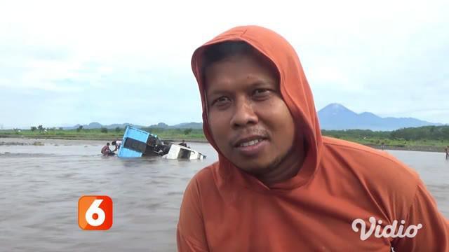 Dua truk penambang pasir milik Mito dan Wawan, warga Desa Pandanarum, Kecamatan Tempeh, Lumajang, terseret lahar dingin dari Gunung Semeru di Sungai Mujur, desa setempat.